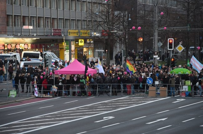 Gitter trennten die Teilnehmer der Veranstaltungen auf der Brückenstraße. Am Abend wollte die rechtspopulitische Vereinigung Pro Chemnitz wie zuletzt jeden Freitag im Stadtzentrum demonstrieen.