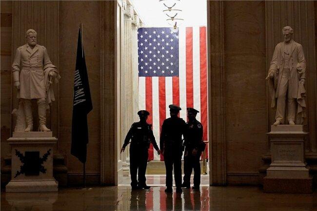 Während imUS-Senat die Anklage für das zweite Amtsenthebungsverfahren gegen den ehemaligen PräsidentenDonald Trump verlesen wurde, sprachen Beamte der Capitol-Polizei in den Räumen des Kapitols miteinander.