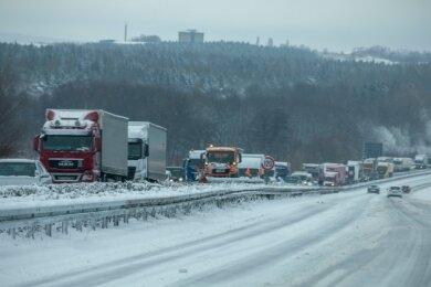 Schnee und Eis sorgten in der Erzgebirgsregion auch der Autobahn 72 im Bereich Stollberg für Staus und Stillstand im Verkehr.