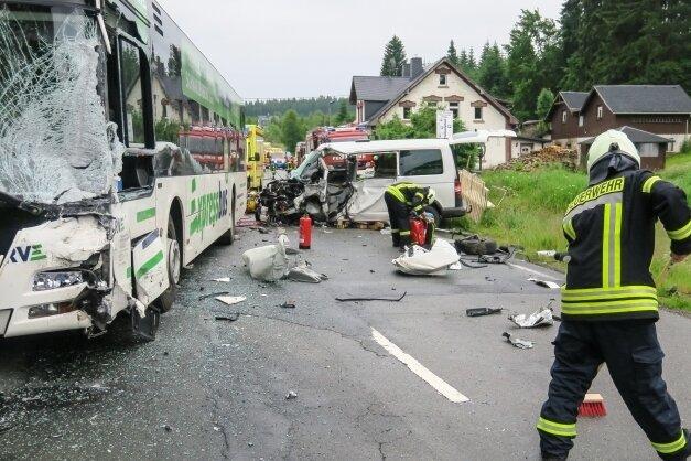 Ein Trümmerfeld bot sich den Einsatzkräften am Donnerstagmorgen in Johanngeorgenstadt nach dem Unfall mit dem Schulbus.