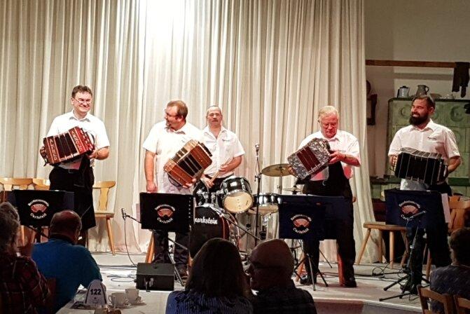 Die Orchester des Bandonionvereins Carlsfeld hatten im Walfisch in Zwota ihren ersten öffentlichen Auftritt seit Dezember 2019.