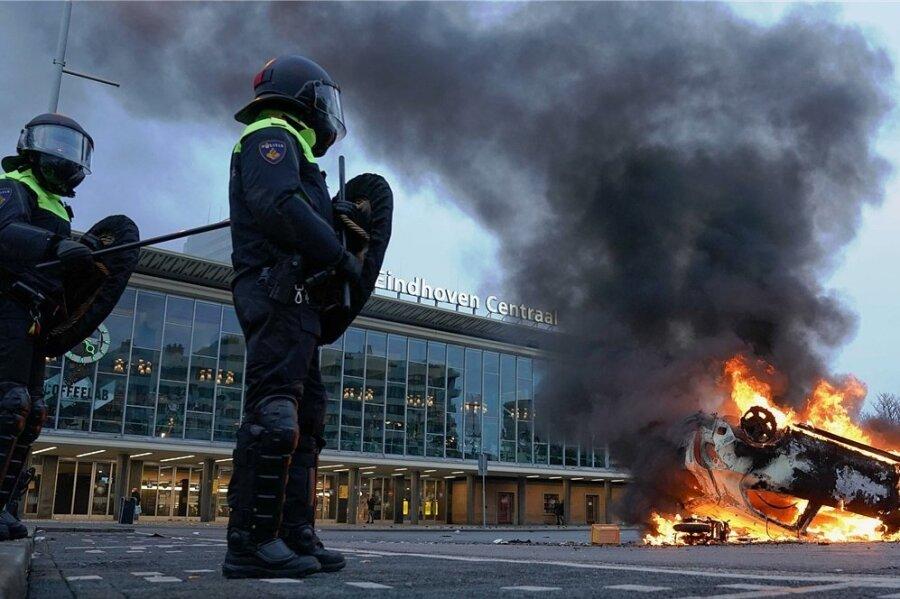 Auch in Eindhoven brennen Autos, nachdem mehrere hundert Menschen gegen die Coronapolitik demonstriert haben.
