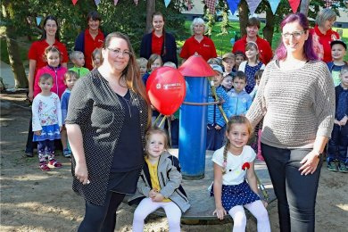 """Karolin Sobe (links) und Sabrina Kloss waren einst selbst im Werdauer """"Kinderland"""", heute sindes ihre Töchter Clara und Amelie."""