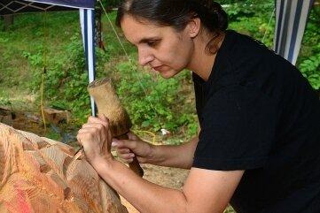 Doreen Wehrhold arbeitet bei einem vorigen Wettbewerb an einem japanischen Flussgeist.