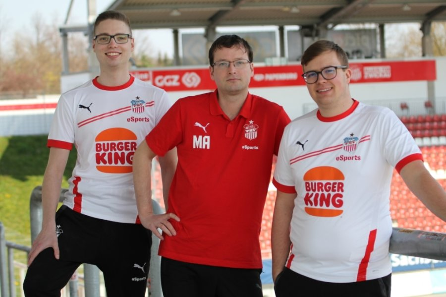 Marcel Gramann (links) und Sascha Hendel (rechts) bilden seit einem Jahr das E-Sports-Team des FSV Zwickau. Gemeinsam mit Teammanager Mathias Arnold blicken sie auf eine gute Entwicklung.