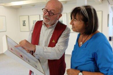 Im Pestalozzihaus von Meinersdorf ist nun eine Ausstellung mit Werken des Grafikers Thomas Ranft (l.) zu sehen. Künstlerkollegin Sonja Näder gehörte am Samstag zu den ersten Besuchern.