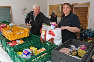 Anke Kosak und mehr als 50 Ehrenamtliche arbeiten bei der Zwickauer Tafel. An bisher neun Stellen geben sie wöchentlich Lebensmittel an Bedürftige. Nun wurde ihnen ein Mietvertrag gekündigt.