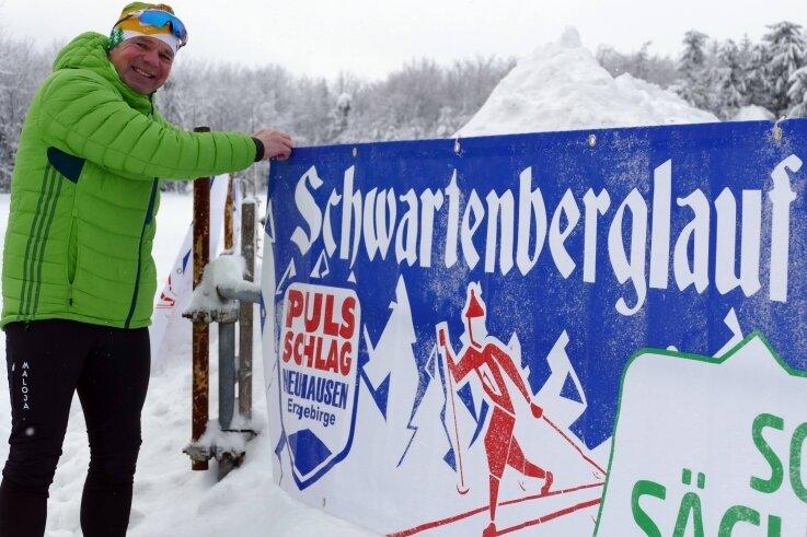 Am Start- und Zielbereich in Bad Einsiedel hat Albrecht Dietze ein großes Banner für den Schwartenberglauf gespannt.