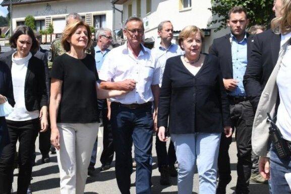 Kanzlerin im Katastrophengebiet: Begleitet von Rheinland-Pfalz' Ministerpräsidentin Malu Dreyer hat Angela Merkel den Hochwasser-Hotspot Schuld besucht.