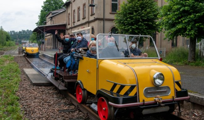 Auch in Zeiten von Corona sind die Fahrten auf dem Schienentrabi auf der historischen Bahnstrasse beliebt. Hier ein Foto vom Rochlitzer Bahnhof.