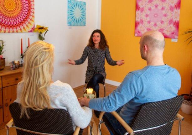 Paarberaterin Sylvia Michael spricht in ihrer Praxis mit zwei Ehepartnern über deren Beziehungsprobleme. Der Lockdown verschärfe die Situation von Paaren, weil sie den Konflikten mangels Ablenkungsmöglichkeiten nicht mehr ausweichen könnten.