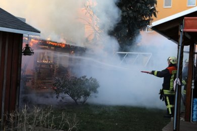Eine Laube ist am Freitagnachmittag in Hohenstein-Ernstthal in Brand geraten.