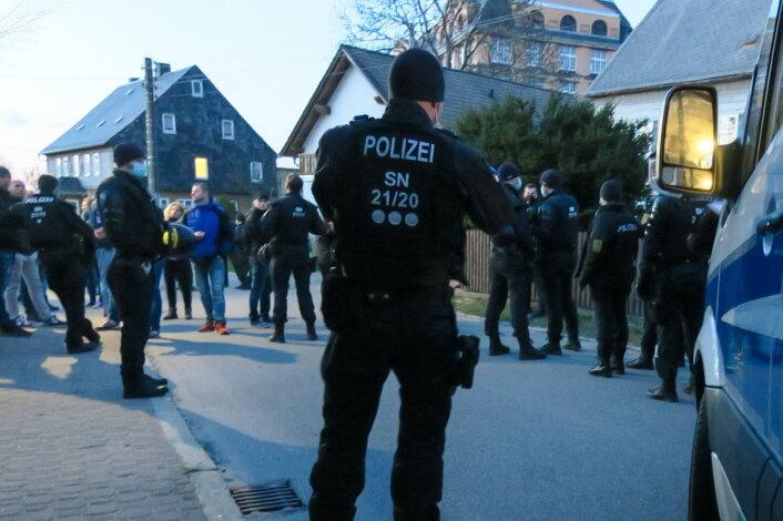Bei einer Versammlung in Zwönitz wurden zwei Männer wegen gefährlicher Körperverletzung gegen einen Polizisten festgenommen.