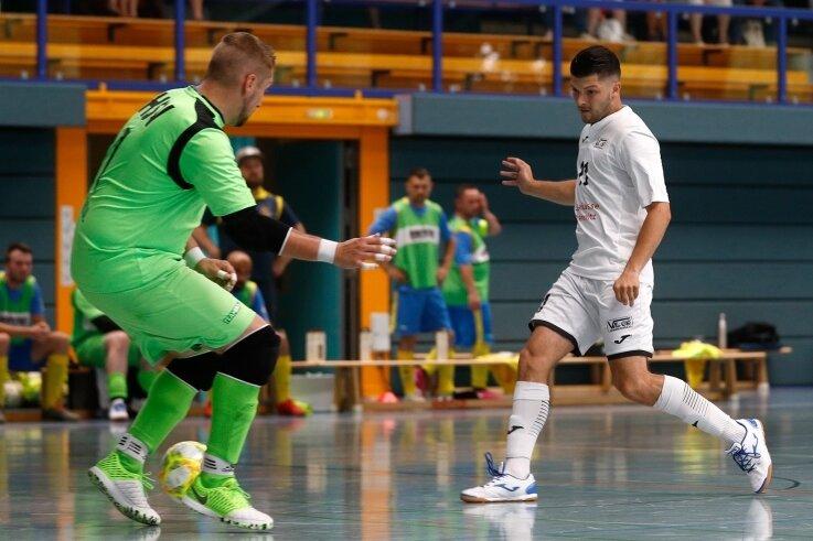 Dieser Tunnelversuch von VfL-Spieler Jakub Reznicek (rechts) klappte nicht. Sein Team gewann dennoch haushoch.