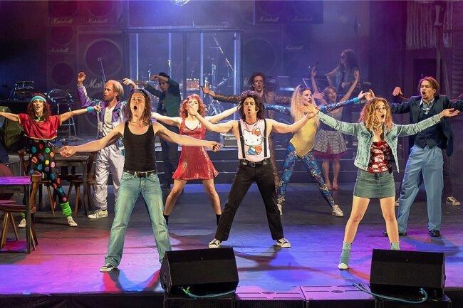 """Marcel Kaiser, Daniel Koch, Sabrina Pankrath, Gerrit Maybaum (vorn von links) und das Ballettensemble in einer Szene des Musicals """"Rock of Ages"""" auf der Bühne des Plauener Parktheaters."""