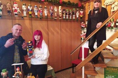 Museumschef Uwe Löschner (v. l.) sowie seine Mitarbeiterinnen Jenny Löschner und Mandy Steinbach freuen sich darauf, wieder Gäste empfangen zu dürfen. Am Dienstag vor der Öffnung waren sie selbst alle drei beim Corona-Test.