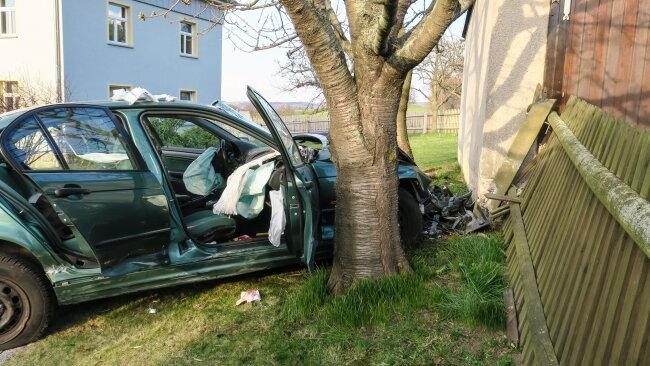 Ein BMW ist am Dienstagabend in Langenweißbach mit einem Baum kollidiert.