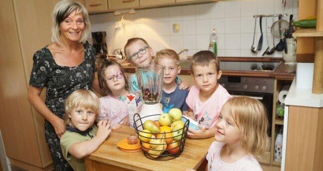 Tagesgruppenleiterin Annette Löhn mit Kindern in der neu eingerichteten Küche.