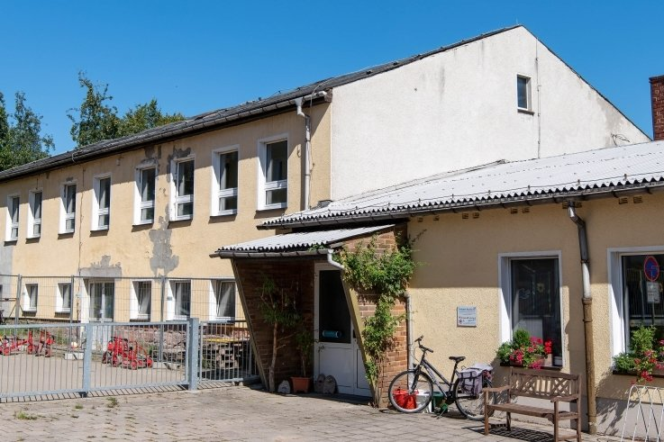 Seit 17 Jahren steht die alte Schule in Königsfeld leer. Da das Dach marode ist, versperren Bauzäune den Zutritt.