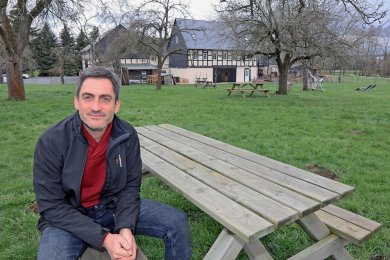 Mathias Wrobel vom Genusshof in Niedermülsen auf einem der weit auseinander stehenden Sitzplätze auf der großen Streuobstwiese hinterm Bauernhof, wo am Sonntag Besucher saßen.