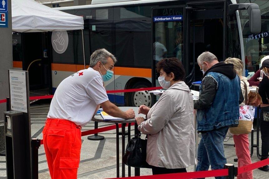 Am Donnerstagmorgen fuhr ein Impfbus des Deutschen Roten Kreuzes im Chemnitz-Center vor. Beim Impfstart um 10 Uhr standen gut zwei Dutzend Interessenten in der Schlange.