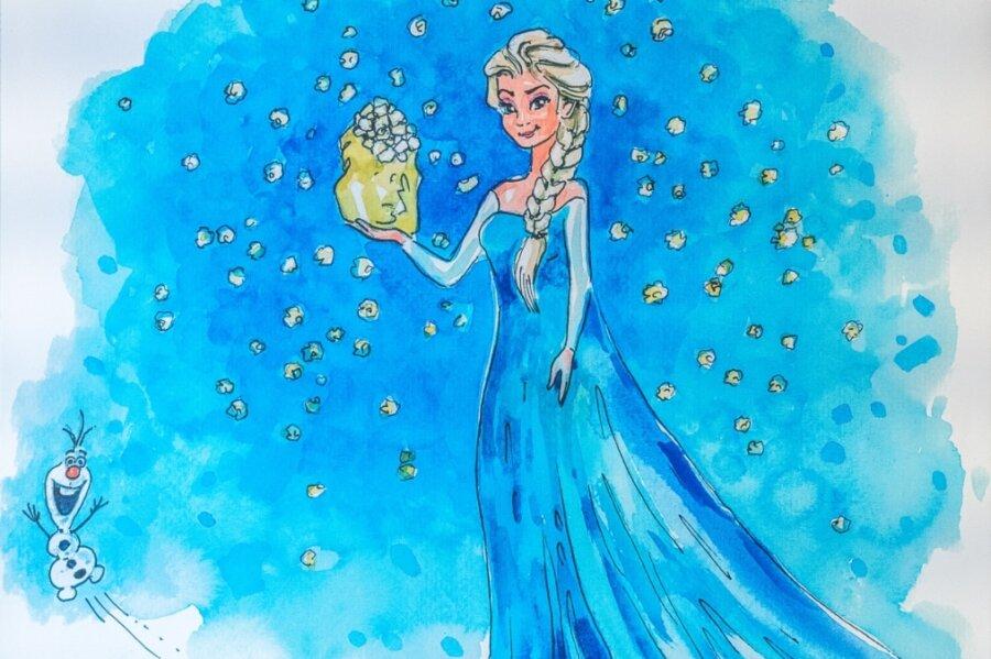 """Elsa aus dem Film """"Die Eiskönigin"""" lässt auf dem Bild im Auerbacher Kino Popcorn statt Schnee herabrieseln - Schneemann Olaf freut es."""
