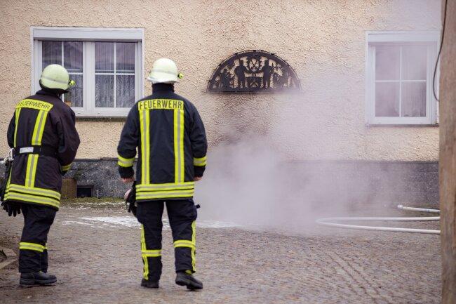 Müll und Briketts haben in einem Keller in Zwönitz am Mittwochmorgen gebrannt.
