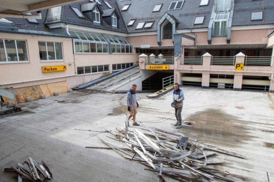 Aus dem Parkhaus am Klostermarkt kommt in den nächsten Monaten immer wieder Lärm. Die Wohnungsbaugesellschaft WBG lässt Betonschäden reparieren. Auch der Belag wird ausgetauscht.