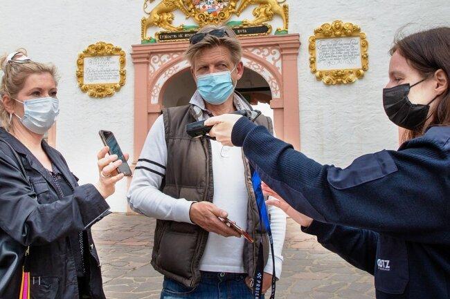 Claudia Zakowsky (links) und Marius Marx aus Chemnitz nahmen am Modellprojekt in Augustusburg teil. Nach dem Schnelltest konnten sie endlich wieder einmal in den Schlossarkaden einkehren.