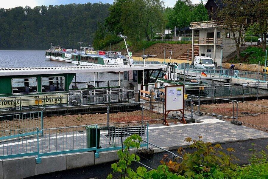 Die Fertigstellung des Aufzugsgebäudes verschiebt sich in den September, Grund seien Lieferschwierigkeiten beim Baumaterial. Auch deshalb ist die Ende Juli geplante Einweihung des Hafens mit Ministerpräsident Michael Kretschmer nun abgesagt worden.
