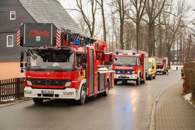 Ersten Angaben zufolge waren 40 Kameraden der umliegenden Freiwilligen Feuerwehren zum Löschen im Einsatz.