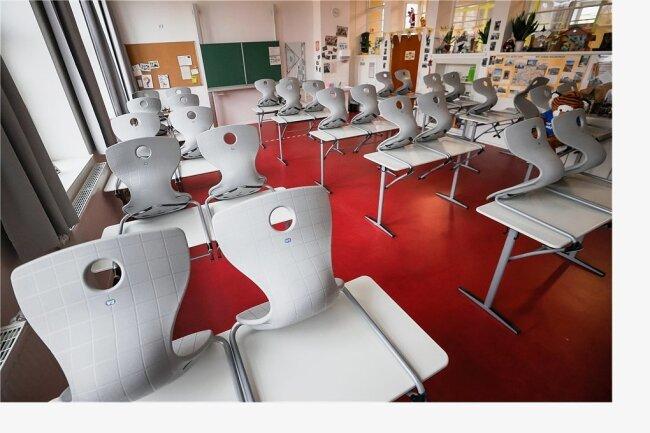 Im Vogtland müssen Kinder auch in den kommenden Wochen von zu Hause aus lernen - die Klassenzimmer bleiben leer.