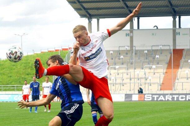 Manuel Zeitz (Saarbrücken, links) im Zweikampf mit Lars Lokotsch (Zwickau) am 22. Mai.