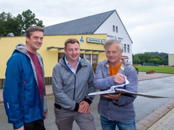Freuen sich über das neue Dach der Turnhalle: Ludwig Düntsch, SG-Chef Marcel Singer und Bauingenieur Matthias Oertel (von links).