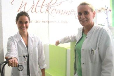 Medizinstudentin Marleen Weiß (links) absolviert derzeit ein Praktikum in der Praxis von Anja Haller (rechts) in Elsterberg.