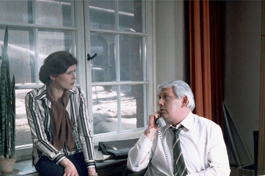 """Szene aus einem Fall für Hauptmann Fuchs (Peter Borgelt) und Leutnant Vera Arndt (Sigrid Göhler). Der """"Polizeiruf 110: Zeuge gesucht"""" wurde im DDR-Fernsehen 1980 ausgestrahlt."""