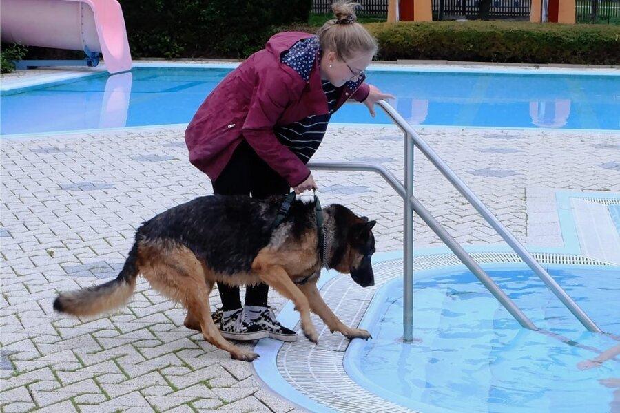 Alexandra Lorenz-Kuniß ging ins Wasser, obwohl das Becken eigentlich für das Hundeschwimmen reserviert war: Ihr Schäferhund Cosmo, der von Tochter Susanne gehalten wird, musste erst überzeugt werden. Von der nächsten Badesaison wird das Becken derweil geleert und gereinigt - und damit keinerlei Hunderückstände mehr haben. Das Wasser wird direkt in die Kanalisation geleitet.