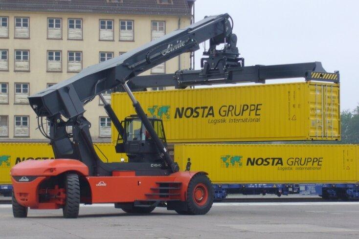 Am Terminal Osnabrück werden die Nosta-Container auf die Schiene gebracht und rollen bis Dresden. Das letzte Stück führt über die Straße bis Weißenborn.