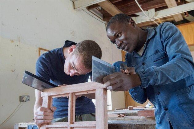 Gemeinsam sägt es sich schneller: David Horch (li.) arbeitet als Freiwilliger im Städtchen Choma in Sambia. Dort engagiert er sich im Chodort Training Centre, einer Weiterbildungseinrichtung der United Church of Zambia.