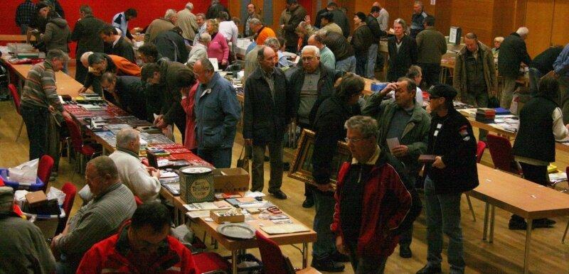 Von Postkarten über Münzen, Autogrammkarten, alten Landkarten bis hin zu Gegenständen aus Überraschungseiern reichte die Palette zum Regionaltauschtag, der am Sonntag in der Stadthalle stattfand. 35 Händler aus Sachsen und Thüringen nahmen daran teil.