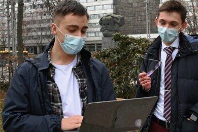 """""""Wir fühlen uns allein gelassen"""": Die beiden Schülervertreter Daniel Motz und Oliver Sachsze im Stadthallenpark."""