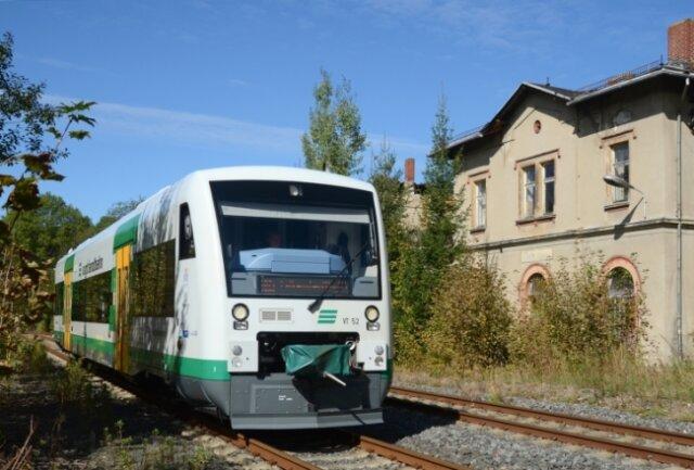 Die Natur holt sich das ehemalige Eicher Bahnhofsgelände immer mehr zurück - die Vogtlandbahn hält hier schon lange nicht mehr. Ob sie das wieder tun sollte, daran scheiden sich die Geister.