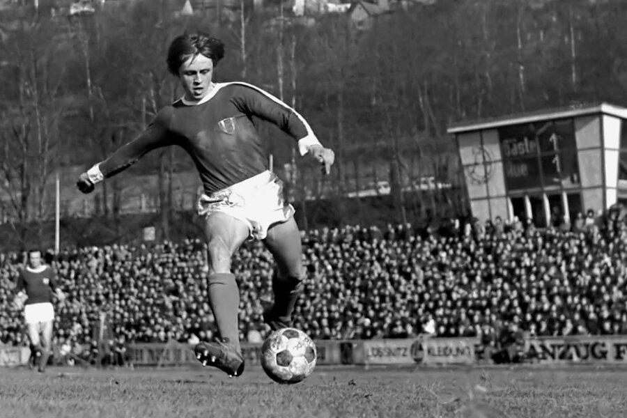 Jürgen Escher treibt 1975 im Pokalspiel gegen Zwickau den Ball nach vorn. Schnelligkeit, Technik und ein starker linker Fuß waren die großen Trümpfe des gebürtigen Markersbachers.