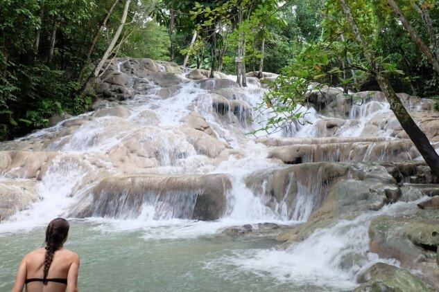 Wasserfälle zum Staunen und Klettern: Wer die Dunn's River Falls von Ocho Rios hinaufklettert, steckt bisweilen bis zum Hals im Wasser. 200 Meter hochist die Naturtreppe.