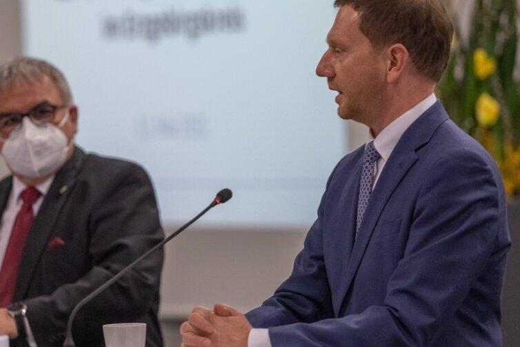 Der Ministerpräsident Michael Kretschmer (r.) warb bei den Erzgebirgern fürs Impfen.