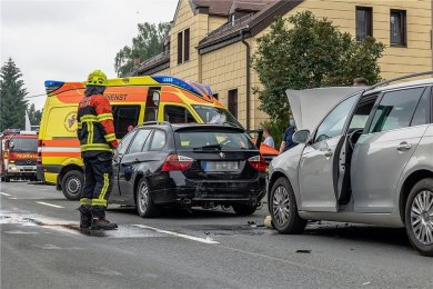 Zu einem schweren Verkehrsunfall sind am Mittwoch gegen 14.50 Uhr die Lengenfelder Feuerwehr, Rettungsdienst und Polizei ausgerückt. Auf der B 94/Polenzstraße in Lengenfeld, kurz vorm Abzweig nach Zwickau, wollte ein Seat-Fahrer nach links zu einem Imbiss abbiegen. Weil er den Gegenverkehr passieren lassen musste, bremste er verkehrsbedingt. Die dahinter fahrenden Autos, ein Mercedes und ein BMW, bremsten ebenfalls. Eine Mutter mit zwei Kindern an Bord in einem VW Kombi bemerkte das anscheinend zu spät und krachte fast ungebremst in den BMW, der durch den Aufprall auf den Mercedes geschoben wurde, welcher noch mit dem abbiegenden Seat kollidierte. Insgesamt waren sieben Personen von dem Unfall betroffen. Zwei Kinder und zwei Erwachsene wurden vorsorglich ins Krankenhaus gebracht. Die Bundesstraße musste für etwa anderthalb Stunden voll gesperrt werden. Der Stau reichte bis zum Ortseingang. Im Einsatz waren drei Rettungswagen, 16 Kameraden der FFw Lengenfeld und mehrere Polizeifahrzeuge. Die Schadenshöhe ist noch ungeklärt.
