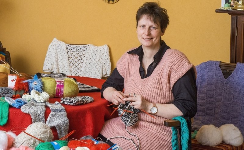 Stärker als der Krebs: Umgeben von bunter Wolle und Strickereien fühlt sich Eliane Fehrmann aus Dresden am wohlsten. Das Hobby hat sie auch während ihrer Brustkrebsbehandlung nicht aufgegeben. Jetzt ist bei ihr kein Krebs mehr nachweisbar.