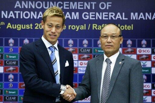 Traineramt: Keisuke Honda (l.) mit FFC-Chef Sao Sokha