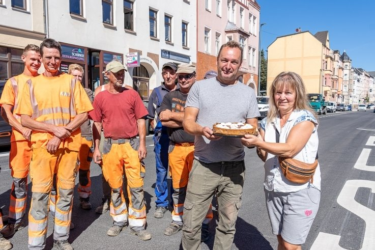 """Nette Geste gegenüber den Bauarbeitern: Christine Sobanic bedankte sich mit einer Frischkäse-Blaubeer-Torte bei Polier Rico Meinel und seinen Kollegen von UTR. """"Die Jungs haben wirklich hart gearbeitet. Und sie haben mit uns Anwohnern stets kooperiert"""", so ihre Begründung."""