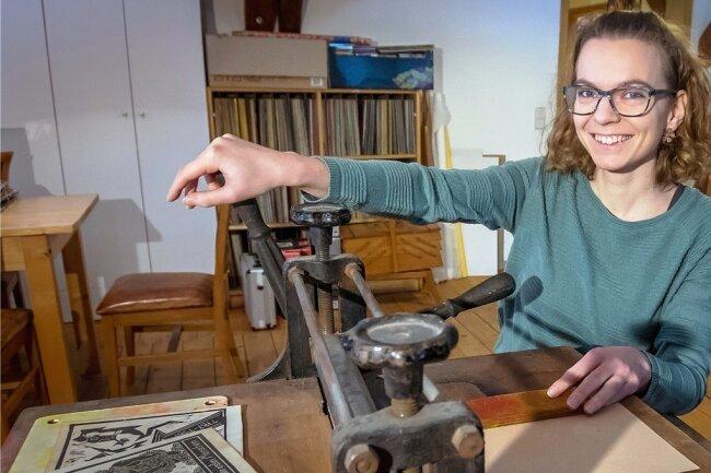 Als Leiterin des Jugend- und Kulturzentrums Theater Variabel möchte Juliane Röber im Atelier des Hauses unter anderem Workshops zu bildhaften Darstellungsmöglichkeiten anbieten und dabei auch eine Linol-Druckpresse einsetzen.